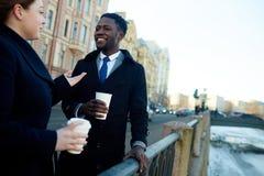 Collègues causant dans la rue après travail Photographie stock libre de droits