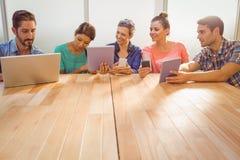 Collègues créatifs avec l'ordinateur portable et le comprimé numérique Photographie stock