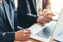 Collègues d'équipe d'affaires rencontrant le disque d'analyse de stratégie de planification images libres de droits