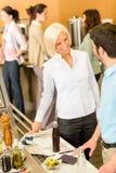 Collègues d'affaires à la causerie de cafétéria Image stock