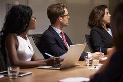 Collègues d'affaires écoutant lors de la réunion de salle de réunion photo libre de droits