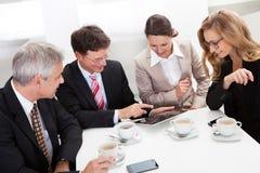 Collègues d'affaires appréciant une pause-café Photos libres de droits