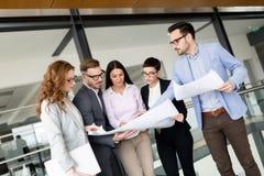 Collègues d'affaires discutant de nouvelles idées et faisant un brainstorm dans un bureau moderne photographie stock