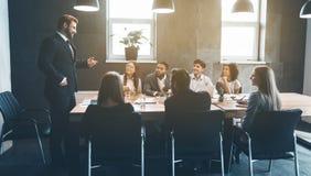 Collègues d'affaires discutant des plans de projet dans le bureau image libre de droits