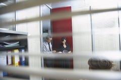 Collègues d'affaires discutant le document dans le bureau Photo libre de droits