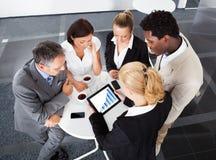 Collègues d'affaires discutant le graphique Images libres de droits