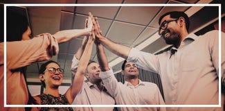 Collègues d'affaires donnant la haute cinq au cours de la réunion dans le bureau photographie stock