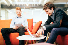Collègues d'affaires parlant pendant la coupure Photographie stock libre de droits