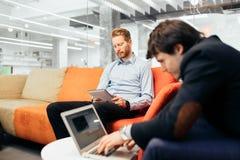 Collègues d'affaires parlant pendant la coupure Photo libre de droits