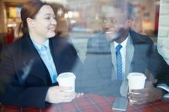 Collègues d'affaires se réunissant dans le café Photos libres de droits
