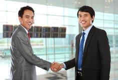 Collègues d'affaires se serrant la main photos stock