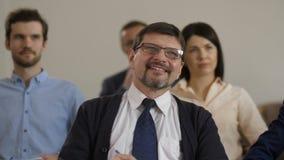 Collègues d'affaires sur le forum écoutant le haut-parleur clips vidéos