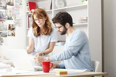 Collègues d'affaires travaillant sur un ordinateur portable Photos libres de droits