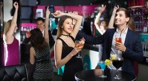 Collègues dansant sur la partie d'entreprise avec des cocktails dans des mains Photos libres de droits