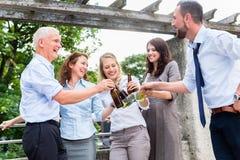 Collègues de bureau buvant de la bière après travail photos libres de droits