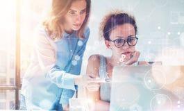 Collègues de femme prenant de grandes décisions économiques Jeune bureau de commercialisation de Team Discussion Corporate Work C Image libre de droits