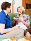 Collègues de femmes buvant le coffe et parlant pendant la pause pour le lun Photo stock
