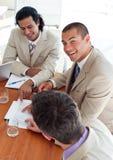 Collègues de sourire d'affaires lors d'un contact photo stock