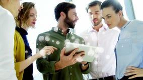 Collègues discutant au-dessus du comprimé numérique entouré par l'effet blanc de bulles