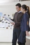 Collègues discutant le projet dans le bureau images stock