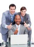 Collègues divers d'affaires avec des thums vers le haut photo libre de droits