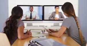 Collègues divers d'affaires tenant une réunion de vidéoconférence Photographie stock libre de droits