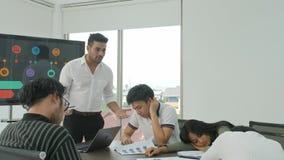 Collègues ennuyés assistant à la réunion dans la salle de conférence clips vidéos