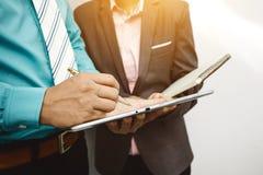 Collègues et comptables analysant des affaires de données financières photo libre de droits