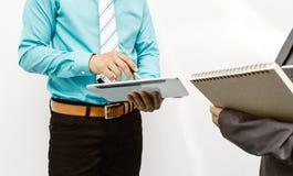 Collègues et comptables analysant des affaires de données financières images libres de droits