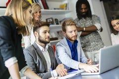 Collègues faisant un brainstorm dans le bureau Photos libres de droits