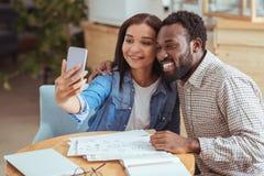 Collègues gais prenant le selfie ensemble dans le café Images libres de droits