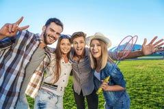 Collègues heureux étreignant ensemble dehors Photos libres de droits