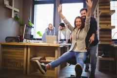 Collègues heureux appréciant dans le bureau créatif Image stock