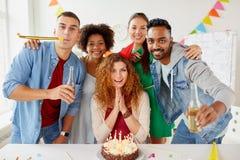 Collègues heureux avec le gâteau à la fête d'anniversaire de bureau Photo libre de droits