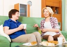 Collègues heureux buvant du thé et parlant pendant la pause-café Photographie stock