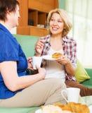 Collègues heureux buvant le coffe et parlant pendant la pause-café Photo libre de droits
