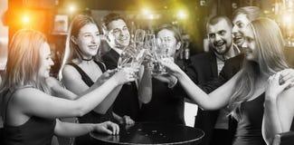 Collègues heureux dansant avec des cocktails Photos libres de droits