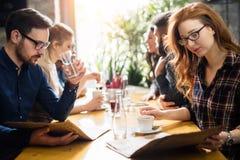 Collègues heureux du travail ayant une vie sociale dans le restaurant Photographie stock