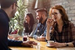 Collègues heureux du travail ayant une vie sociale dans le restaurant Photos stock