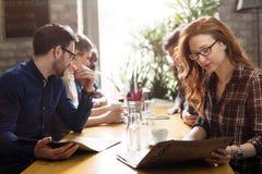 Collègues heureux du travail ayant une vie sociale dans le restaurant Photographie stock libre de droits