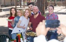 Collègues heureux faisant la photo mutuelle Photo libre de droits