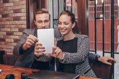 Collègues heureux prenant le selfie avec le comprimé numérique photo libre de droits