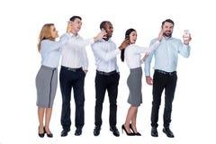 Collègues heureux tenant des téléphones à leurs oreilles de collègues Image stock