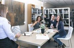 Collègues jetant des papiers dans le panier au bureau Photographie stock