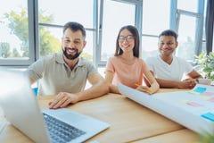 Collègues joyeux heureux regardant l'écran d'ordinateur portable Photo libre de droits