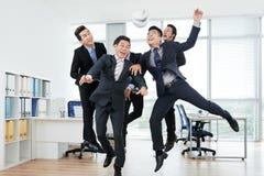 Collègues joyeux jouant Keepie-Uppie image libre de droits