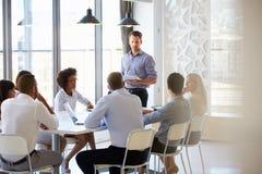 Collègues lors d'une réunion de bureau image stock