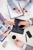 Fermez-vous vers le haut des mains des gens d'affaires avec un Displa à cristal liquide images stock