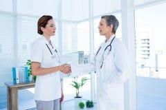 Collègues médicaux de sourire se serrant la main Photo libre de droits