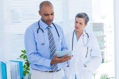 Collègues médicaux travaillant avec la tablette Photo libre de droits
